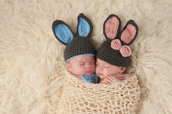 Новорождённые близнецы в костюмах зайчиков