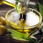 Оливки и оливковое масло в пиалке