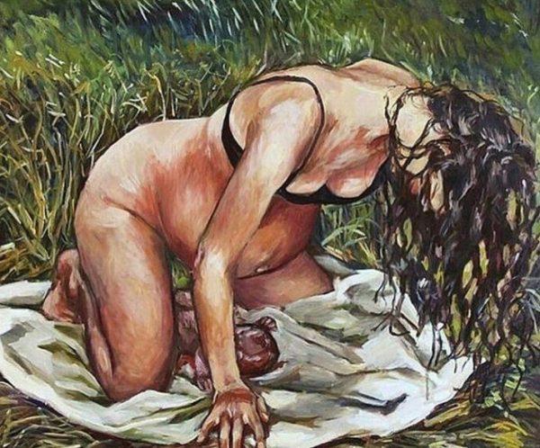 Женщина с новорождённым ребёнком в поле