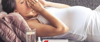 Перед больной беременной находится столик с Оциллококцинумом