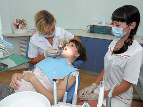 Стоматологи лечат зубы беременной женщине