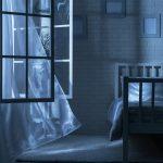 В спальной комнате открыто окно