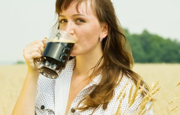 Женщина пьёт квас