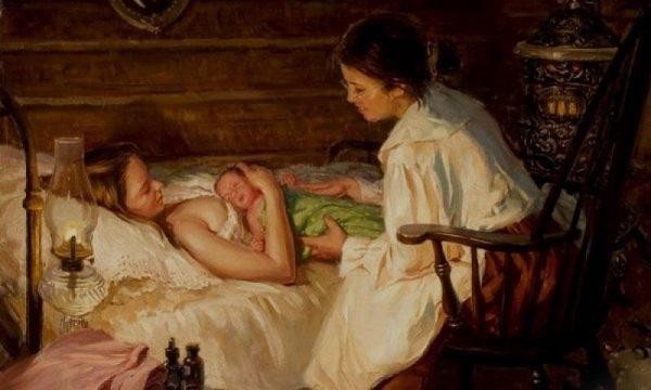 Женщина с новорождённым лежит в кровати, рядом сидит повитуха