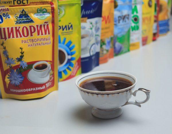 Цикорий разных марок и чашка с напитком