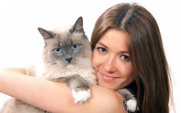 Девушка держит кошку