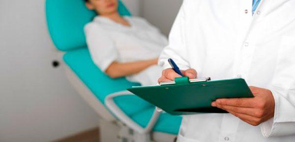 Девушка лежит на кушетке на приёме у доктора