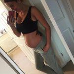 Девушка на 21 неделе беременности фотографирует себя