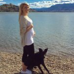 Девушка на 21 неделе беременности у водоёма