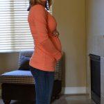 Девушка на 21 неделе беременности в домашней обстановке