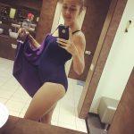 Девушка на 21 неделе беременности в купальнике
