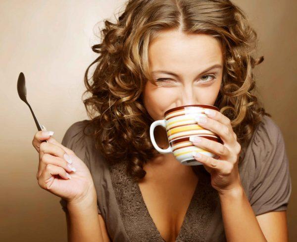 Девушка пьёт чай из кружки