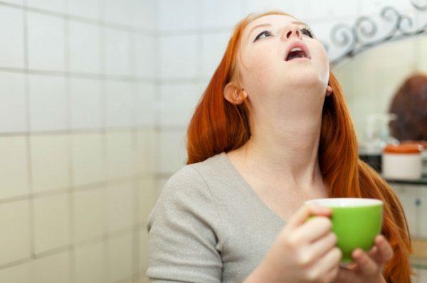 Девушка полоскает горло в ванной