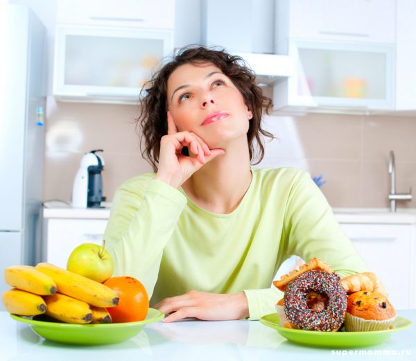Девушка задумалась перед тарелками с едой