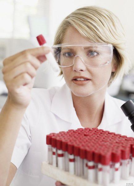 Лаборант рассматривает пробы анализов