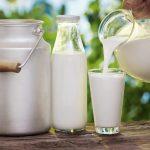 Молоко в бидоне, бутылке и прозрачном стакане