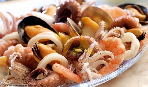 Морепродукты в тарелке