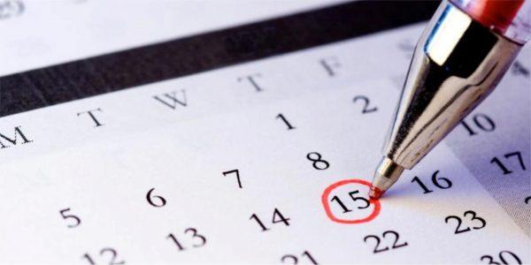 На календаре отмечают ручкой дату