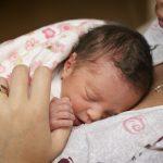 Недоношенные малыш спит на маминой груди