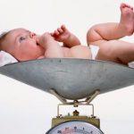 Новорождённый на весах