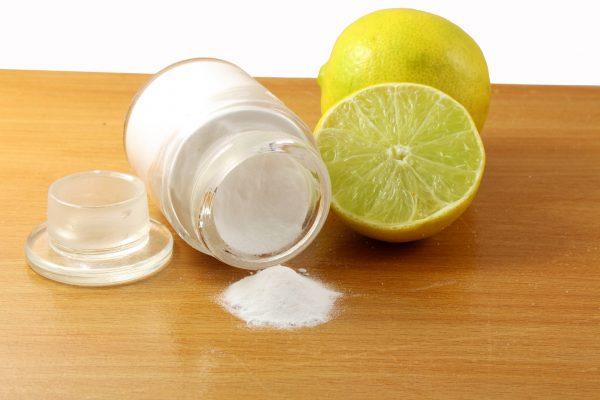 Рассыпавшаяся сода и лимон на столе