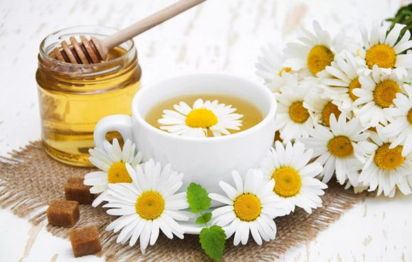 Ромашковый чай с сахаром и мёдом на столе