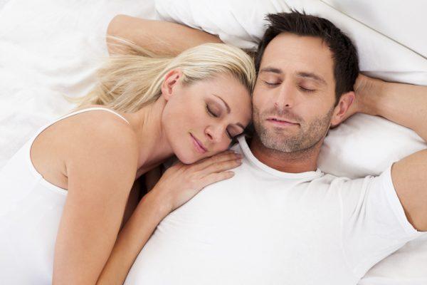 Супруги лежат в постели