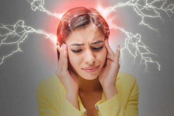 У женщины сильно болит голова — из головы исходят молнии