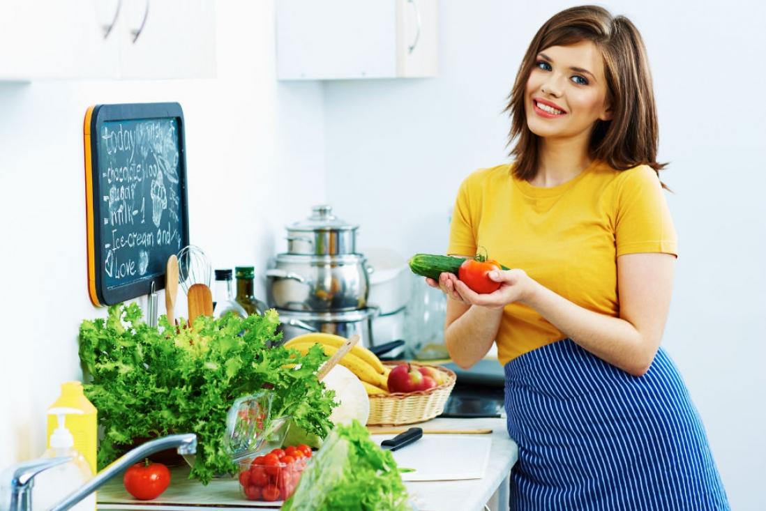 Женщина ест полезные продукты