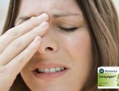 Женщина испытывает боль между глазницами из-за синусита