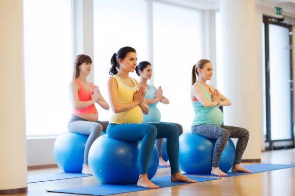 Женщины сидят на фитболах на тренировке