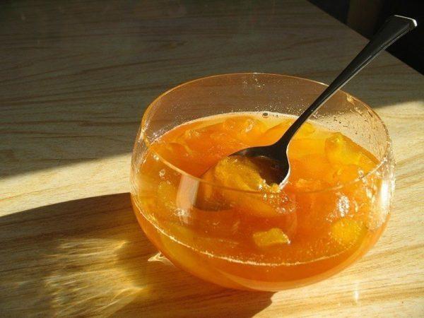 абрикосовое желе в стеклянной чашке