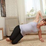 Анита Луценко демонстрирует выполнение боковой планки для беременных