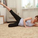 Анита Луценко показывает упражнение «подъем ног» для беременных