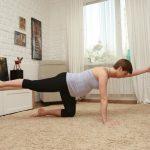 Анита Луценко показывает упражнение «плавание на четырех