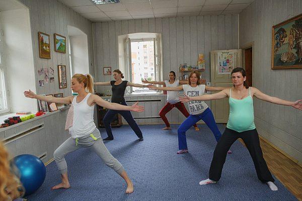 беременные женщины занимаются гимнастикой