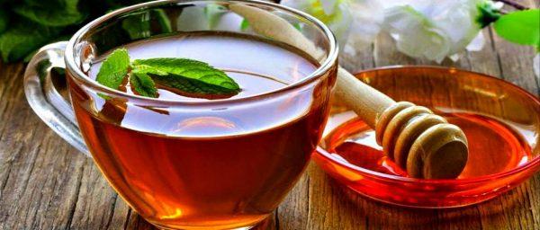 чай в чашке и блюдечко с мёдом