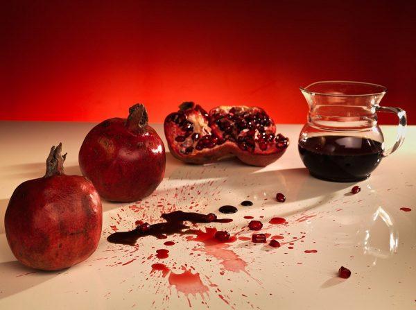 Гранаты и гранатовый сок на столе