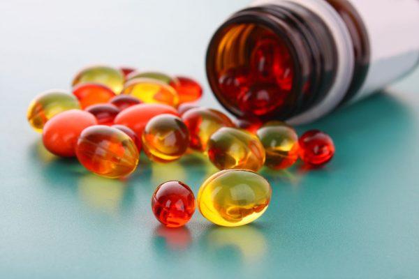 Капсулы витамина Е рассыпались по столу