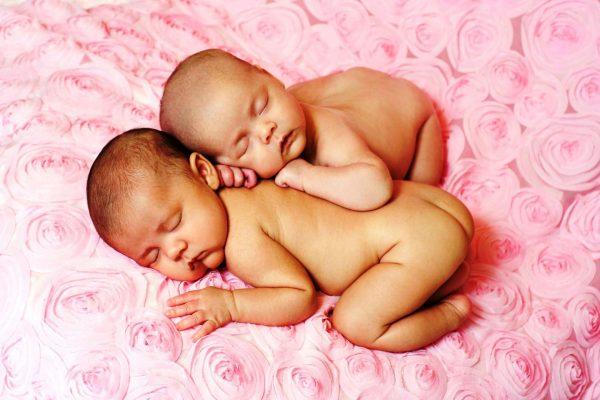 Младенцы-двойняшки спят