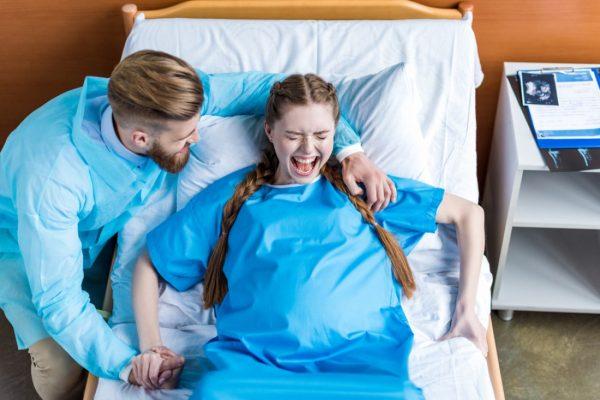 Муж поддерживает жену в родах