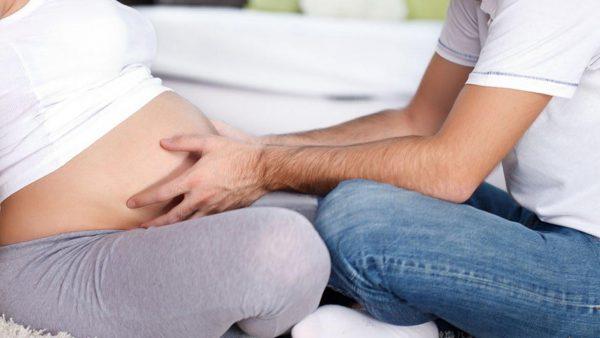 Муж трогает живот беременной жены