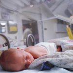 Новорождённый малыш в инкубаторе
