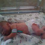 Новорождённый малыш в кювете в роддоме