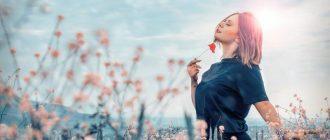 Счастливая женщина в поле