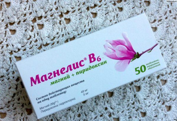 Упаковка Магнелис B6 лежит на столе