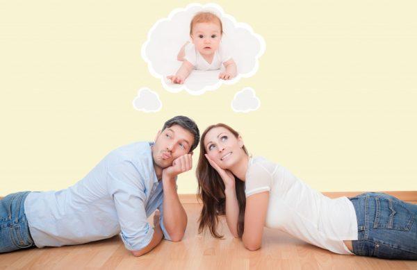 Мужчина и женщина лежат на полу и мечтают о ребёнке