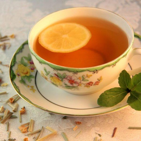 чай с долькой лимона в чашке