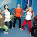Группа беременных выполняет гимнастическое упражнение