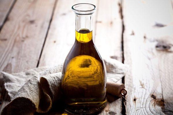 Льняное масло в стеклянной бутылке